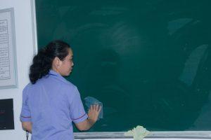 Công việc của người vệ sinh trường học là làm gì?