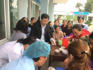 Hình ảnh Nhật An tặng cháo cho bệnh nhân nghèo – Bệnh Viện Yên Phong